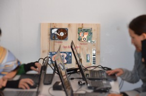Schautafel mit Computerteilen